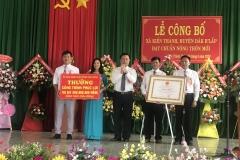 (Ông Trần Xuân Hải – UVBTVTU-PCT. UBND tỉnh trao bằng công nhận xã Kiến Thành đạt chuẩn nông thôn mới )